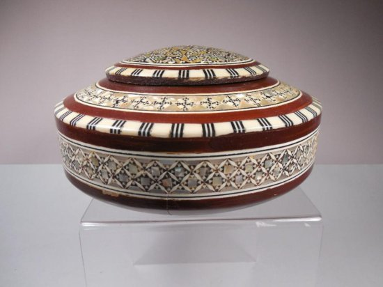 Nice Vintage Inlaid Eastern Mother Of Pearl Box W/fancy Pattern