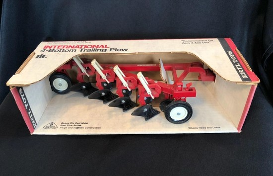 INTERNATIONAL 4-BOTTOM TRAILING PLOWING 1/16TH SCALE