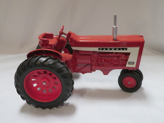 FARMALL 806 TRACTOR - NARROW FRONT