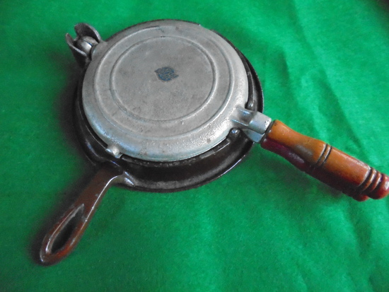 """STUNNING OLD """"ARCADE"""" TOY WAFFLE IRON-EXCELLENT CONDITION"""