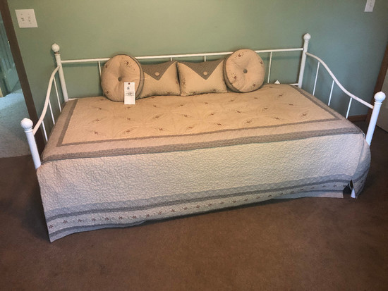 Day Bed w/ Trundle and Bedding
