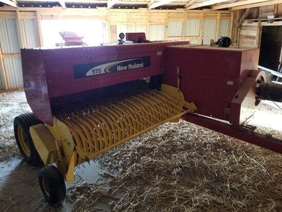 2007 New Holland 575 square baler with applicator, belt kicker, hyd. sweep, less than 5k bales