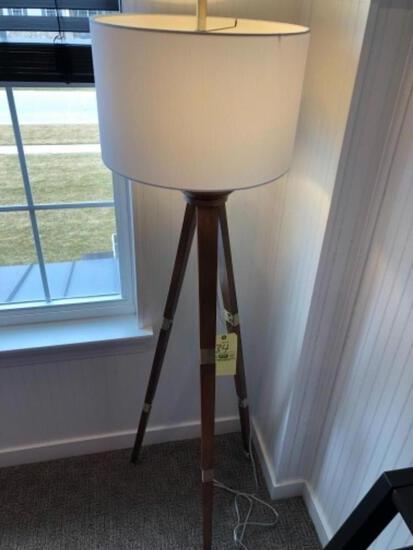 Tripod wood lamp