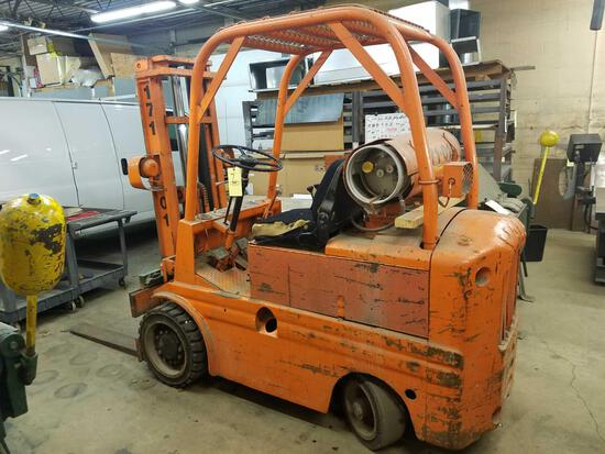 Yale double mast fork lift, propane, shows 689hrs, no capacity plate