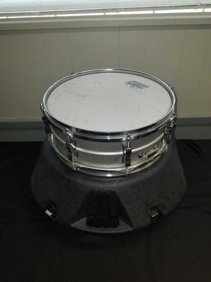 Ludwig 1970s, 8 lug, 14inch, snare drum with hard case and accessories