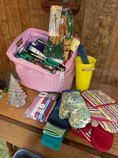 Many oven mitts and aprons - towels