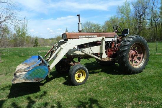 Farmall 560 Gas Tractor w/Loader