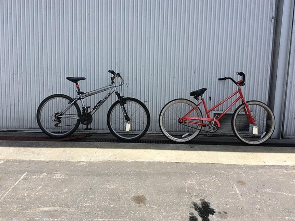 3d16d58c6d5 Lot: 2 bikes, schwinn, diamondback Cruiser, Outlook   Proxibid Auctions