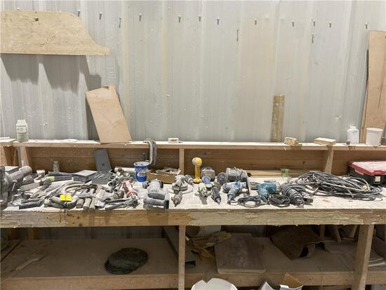 """LOT POWER & PNEUMATIC TOOLS, CONTENTS ON 2-BENCHES. MAKITA MODEL GV5010 5"""" DISC SANDER. 8-PHOTOS"""