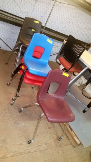 LOT OF 6 PLASTIC ROLLING CHAIRS AND 1 WITHOUT WHEELS