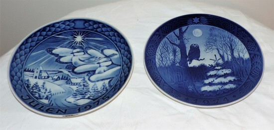Lot of 2 blue and white collector plates