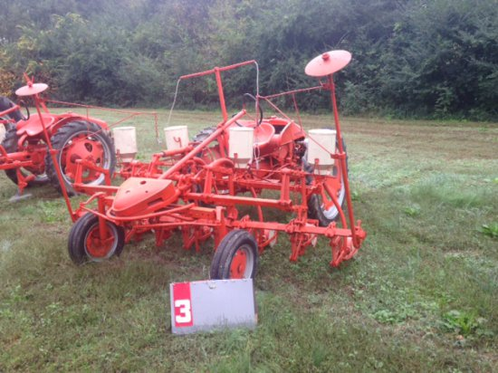 ALLIS CHALMERS G WITH 8 ROW PLANTER