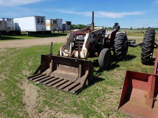 International 444 Tractor w/Loader