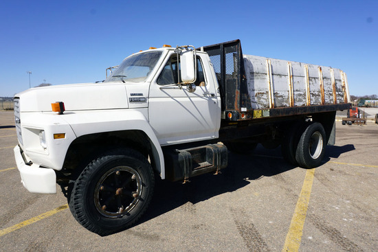 1986 Ford F-700 Conventional Flatbed Truck