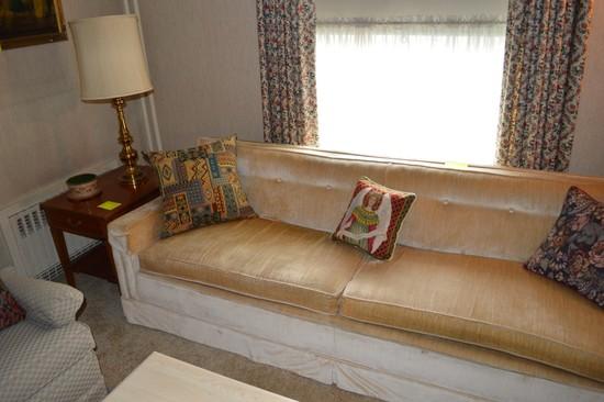 Lot: Living Room Furniture