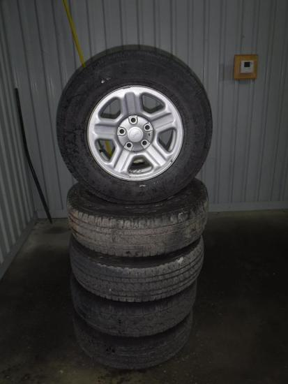 5 Jeeps rims with tires