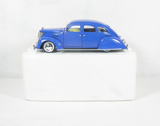 Diecast Replica of 1936 Lincoln Zephyr Sedan from National Motor Museum Min