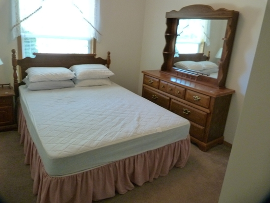Broyhill queen bed and dresser with mirror excellent condition.