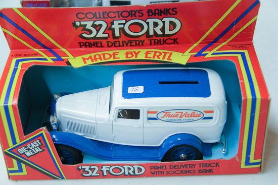 1/25 ERTL 1932 Ford Panel Delivery Truck Bank
