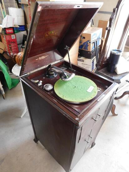 Antique Victor VV-XI Victrola record player