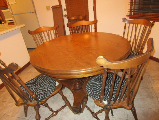 Early American Temple Stuart Table w/ 6 Chairs