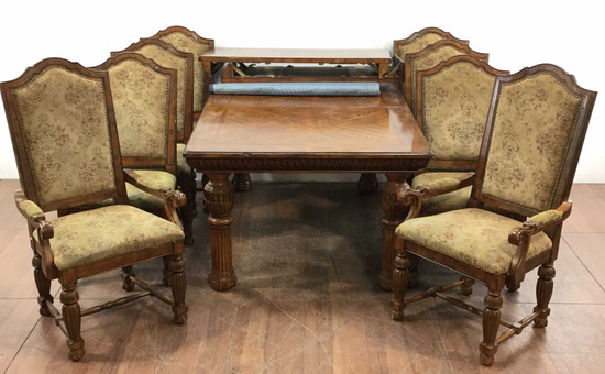 Broyhill Fluted Oakwood Leaf Table With Chairs